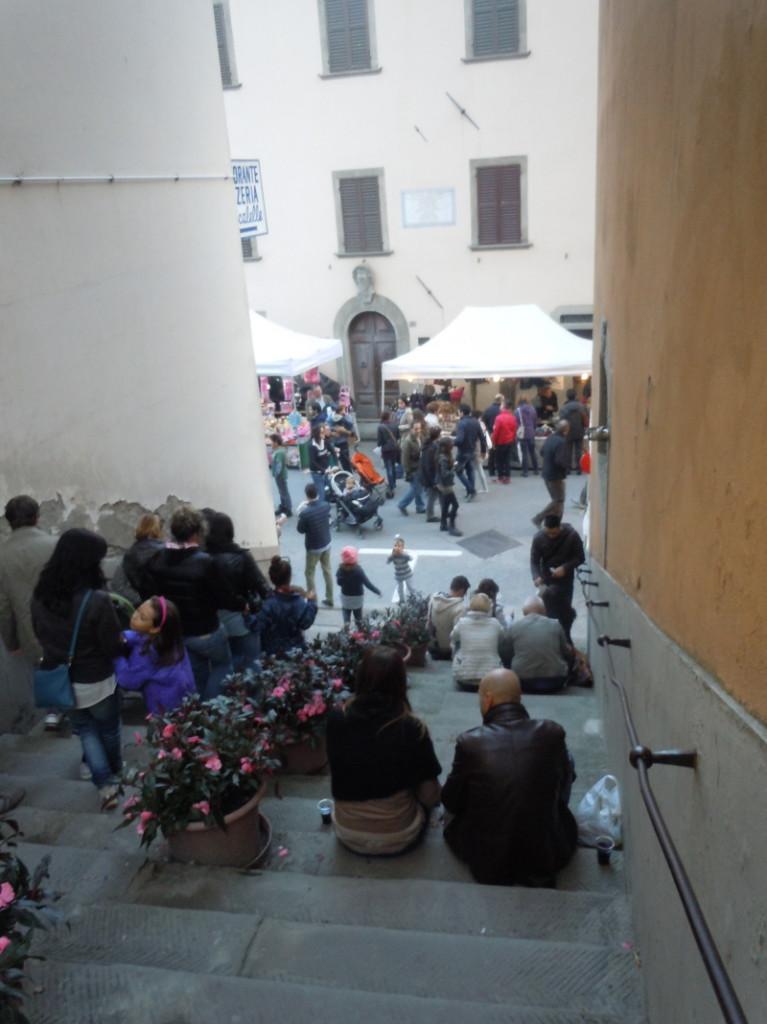 jedzacy_kasztany_na_schodach_w_marradi_moja_toskania