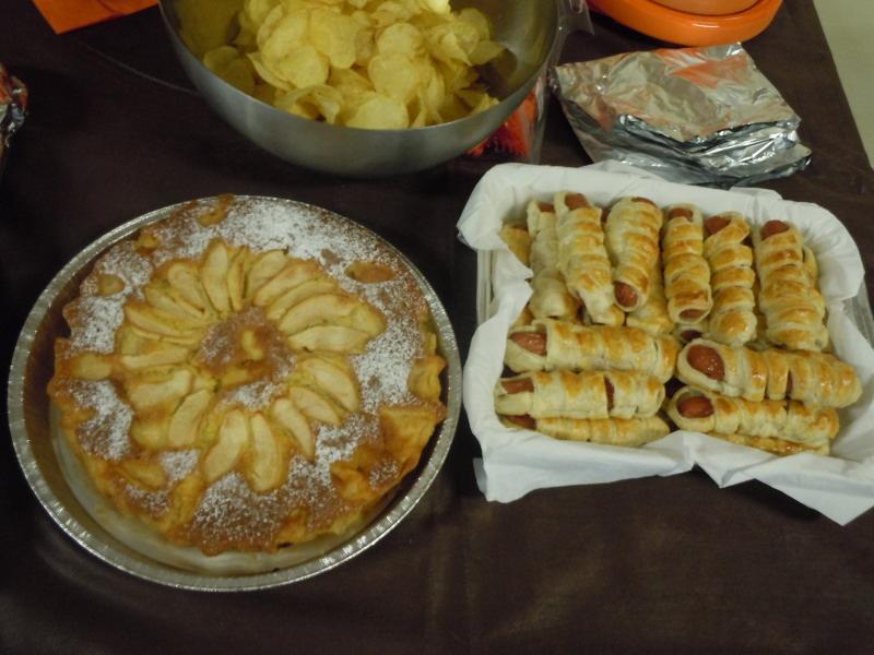 Ciasto jablkowe oraz paluszki - mumie z parowkami