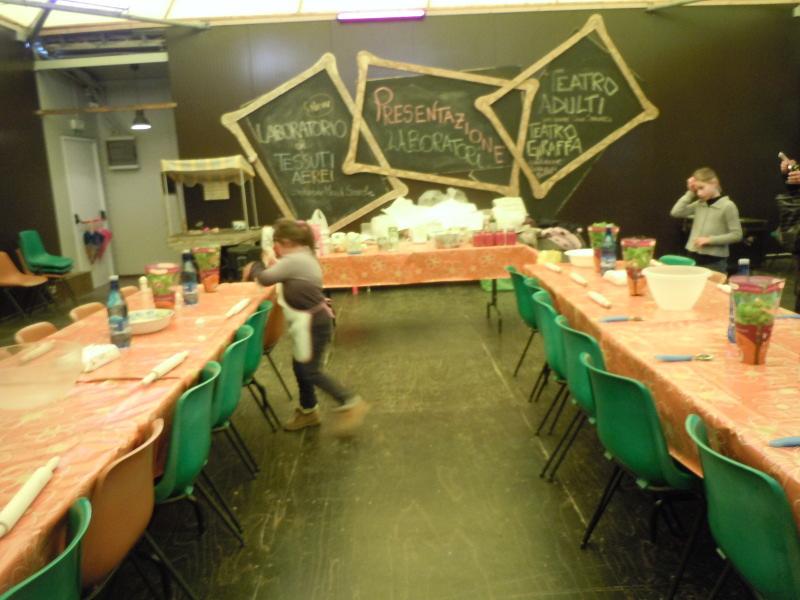 Julcia przygotowuje stoly do kursu