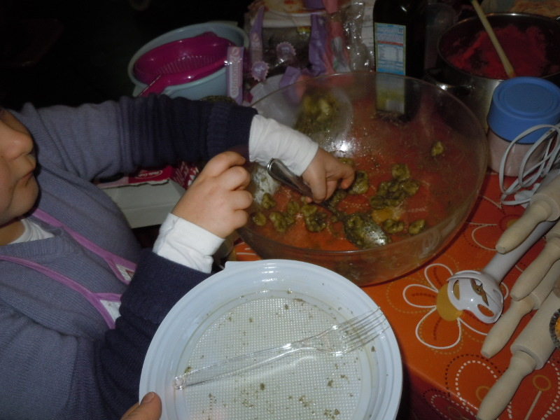 Julcia rozdaje ugotowany makaron orecchiette z pesto