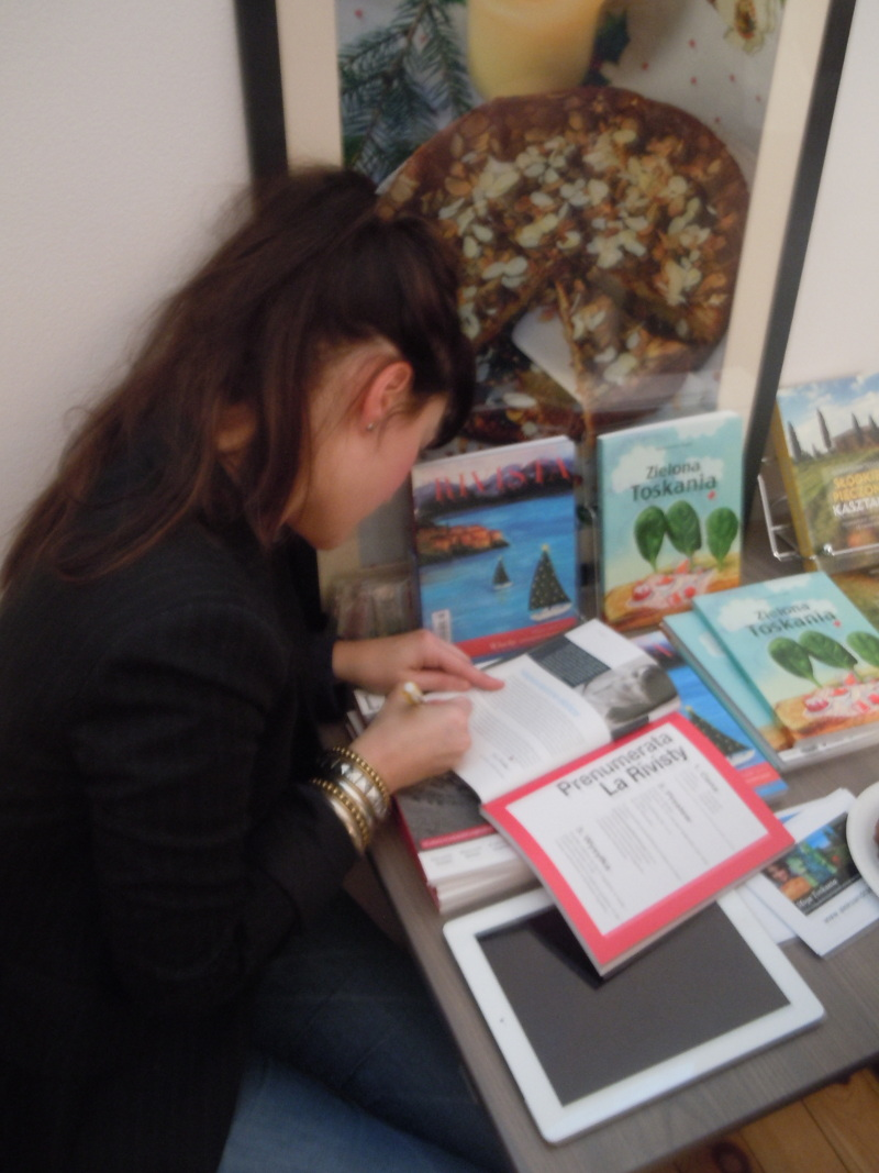 julia_wollner_podpisuje_magazyn_la_rivista_moja_toskania