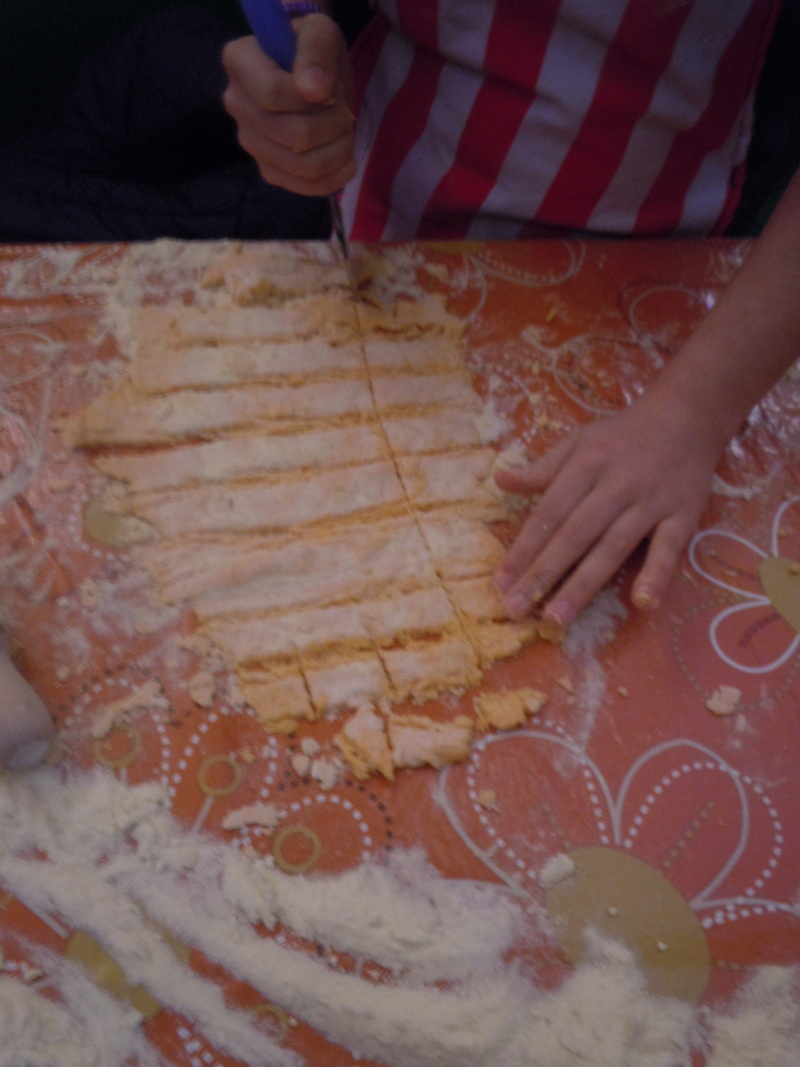 Krojenie ciasta makaronowego na kokardki