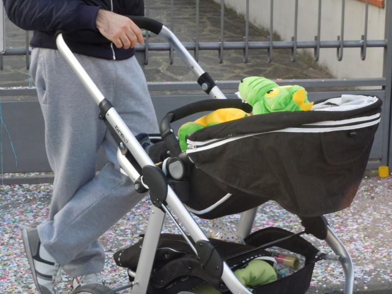 Dziecko w wozku przebrane karnawalowo