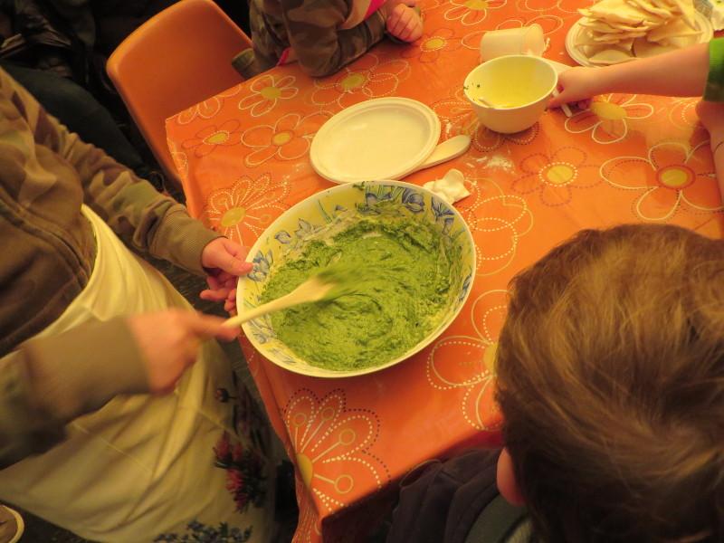 Mieszanie ciasta szpinakowego