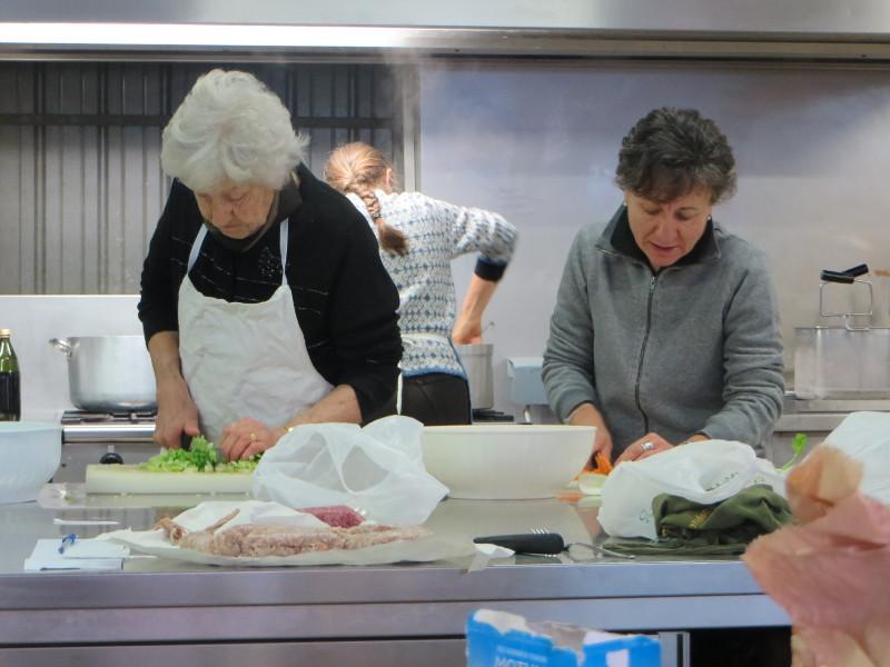 Panie przygotowujace obiad, ktory mozna zjesc po skonczeniu targu (oczywiscie za oplata oraz po dokonaniu rezerwacji)
