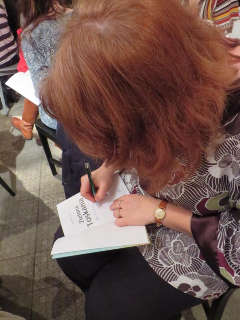 podpisywanie_na_kolanie_moja_toskania_aleksandra_seghi