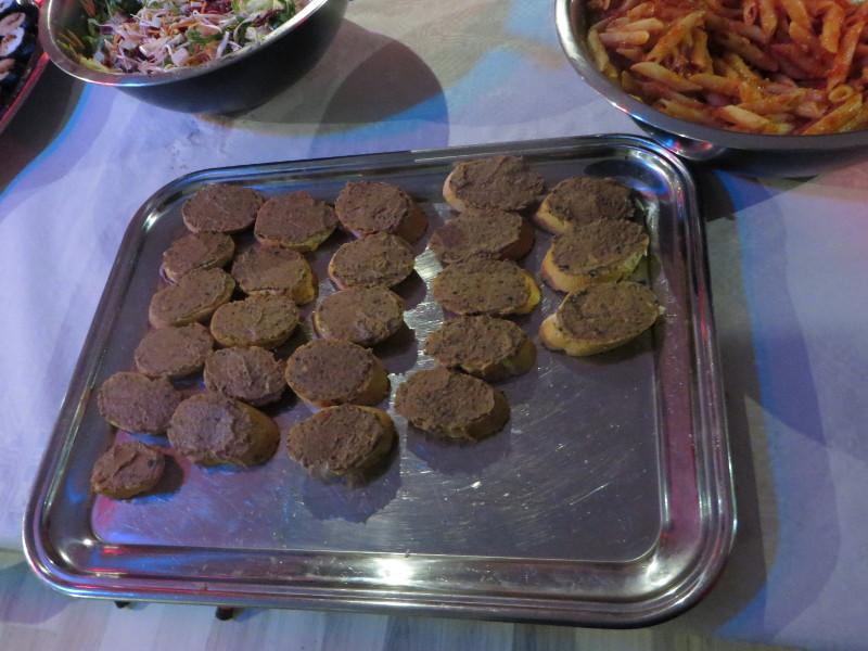 Crostini weganskie z pasta z ciecierzycy i czarnymi oliwkami