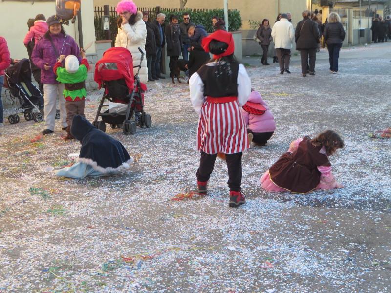 dzieci_zbieraja_konfetti_paperino_prato_moja_toskania