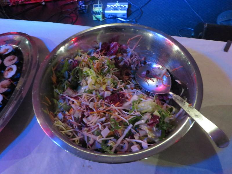 Salatka z roznymi rodzajami kapusty, marchwia oraz owocami granatu