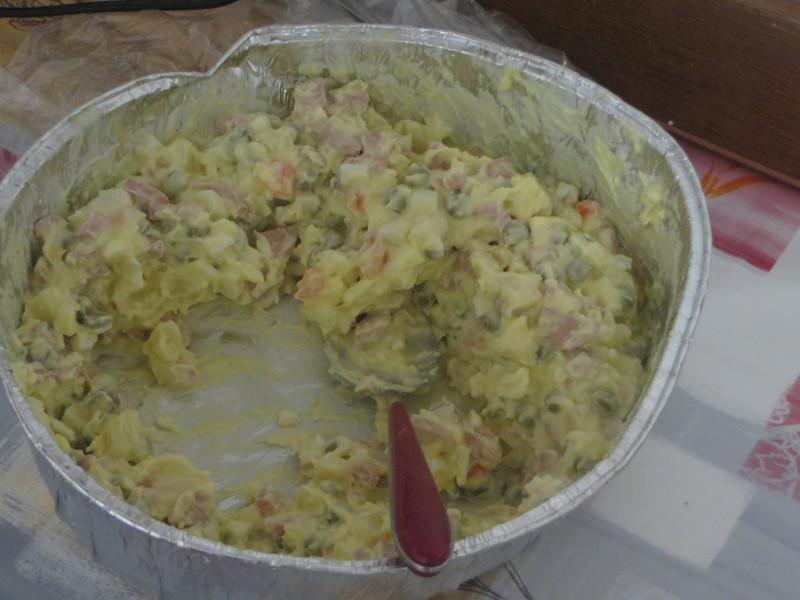 Nawet salatka jarzynowa byla z pokrojona parowka