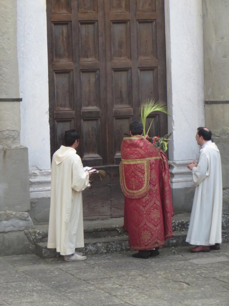 ksiadz_puka_do_drzwi_kosciola_moja_toskania_niedziela_palmowa