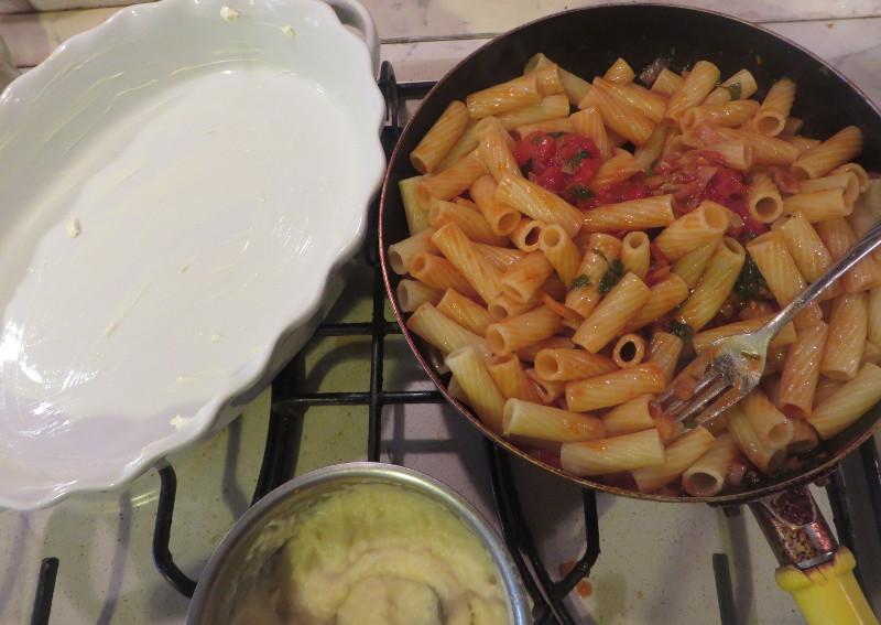 Posmarowana forma i makaron z sosem pomidorowo-grzybowym