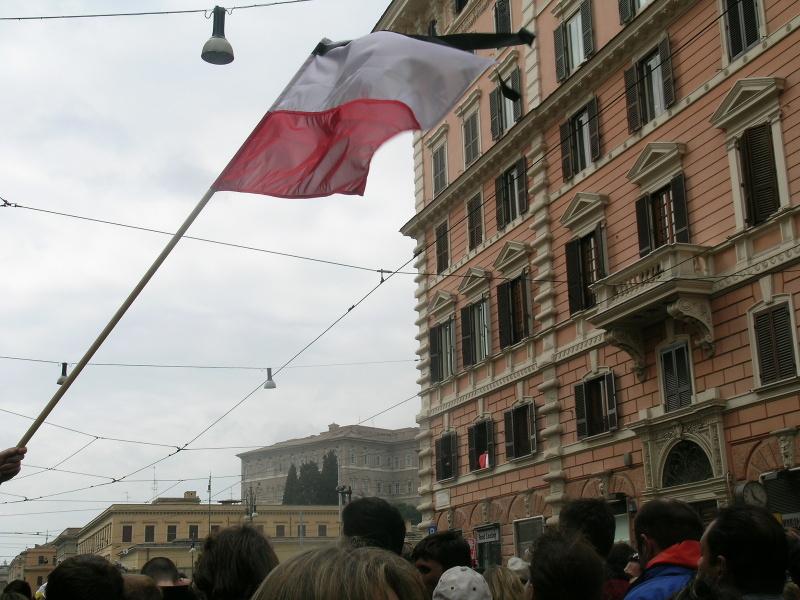 polska_flaga_powiewajaca_podczas_pogrzebu_jana_pawla_II_moja_toskania