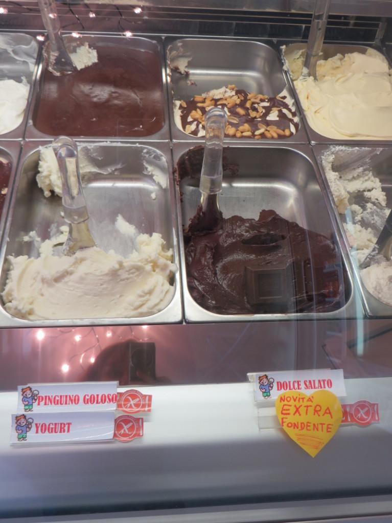 Na gorze po lewej: łasuch pingwin (mascarpone z czekolada), a obok na gorze po prawej: lody slodko-slone (z solonymi orzeszkami ziemnymi)