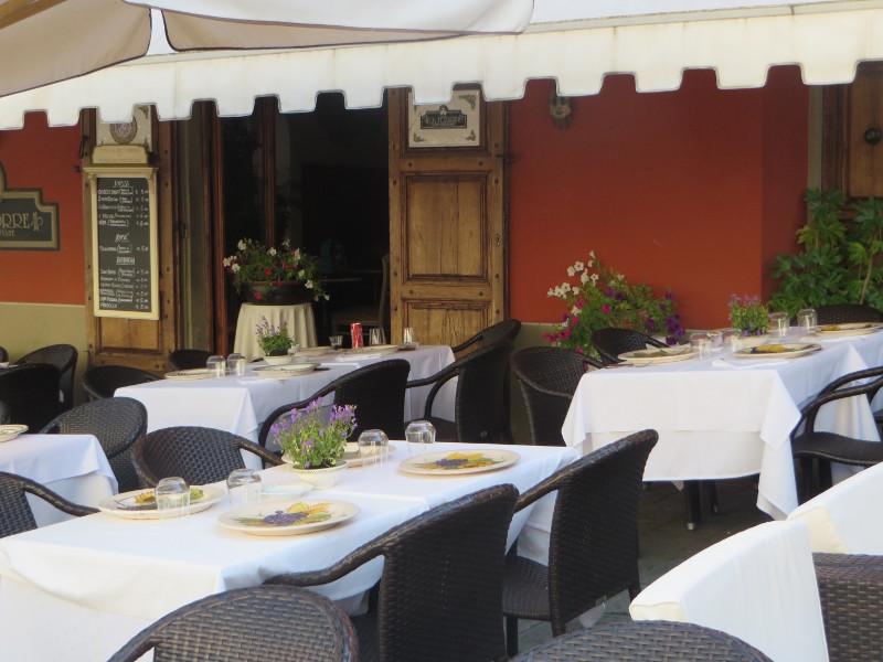 stoliki_na_placu_w_montecatini_alto_moja_toskania
