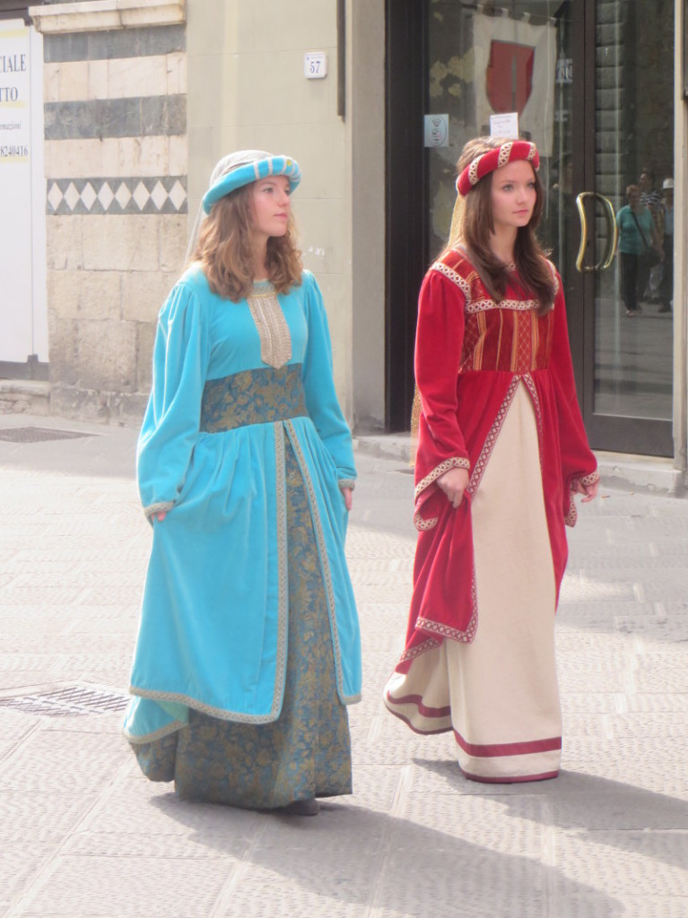czerwona_i_niebieska_suknia_moja_Toskania_pistoia