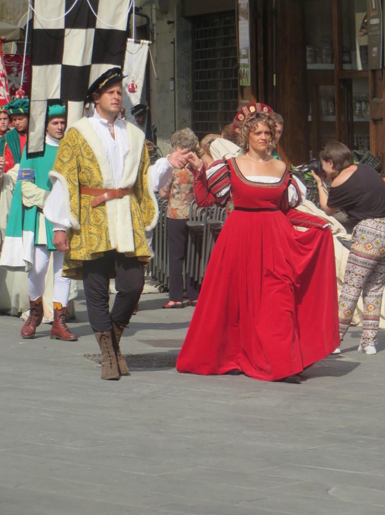 czerwona_suknia_parada_historyczna_pistoia_moja_toskania