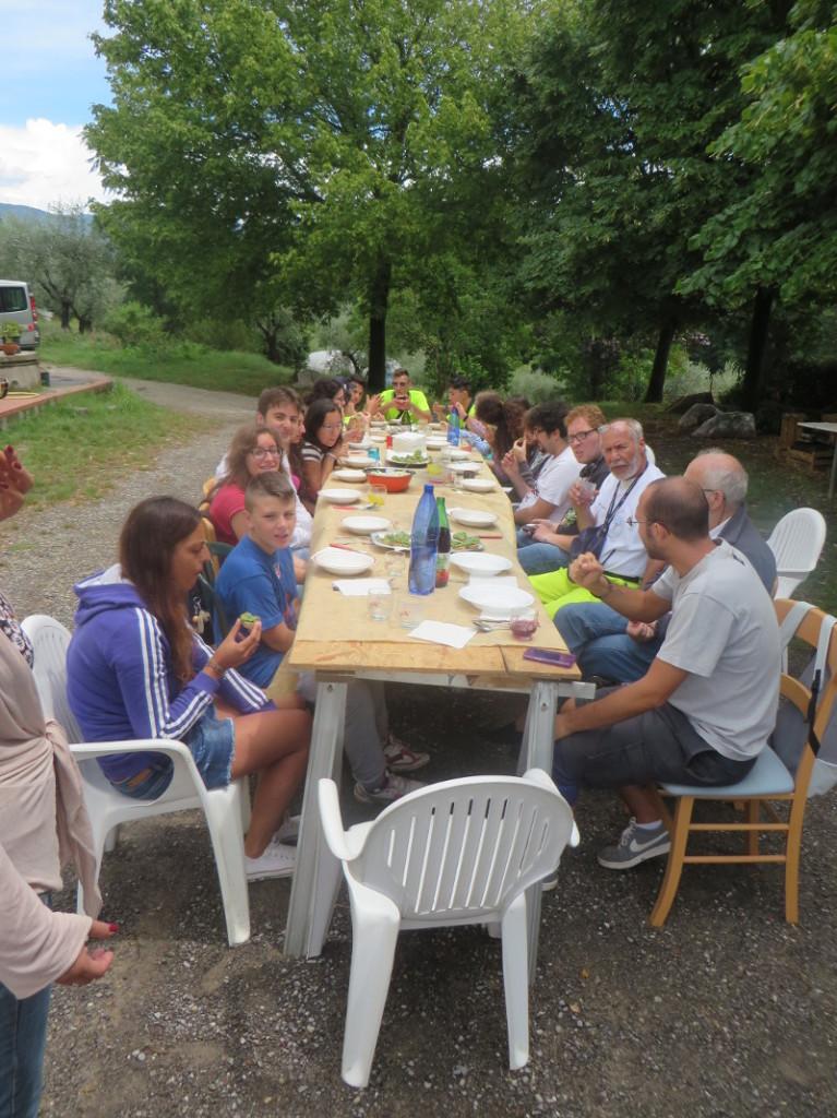 mlodziez_z_caserty_przy_stole_moja_toskania