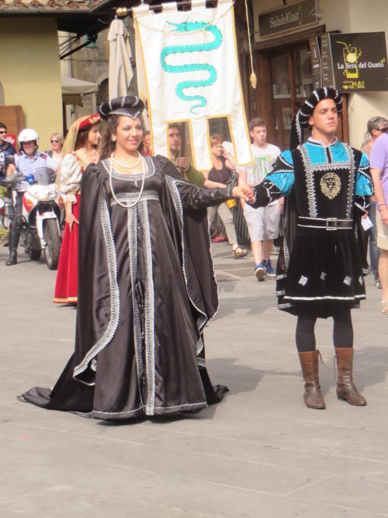 para_historyczna_ubrana_na_czarno_moja_toskania