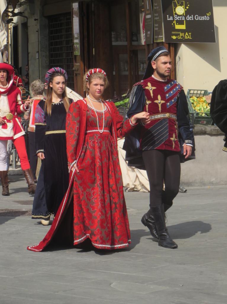 parada_historyczna_czerwona_suknia_pistoia_moja_Toskania