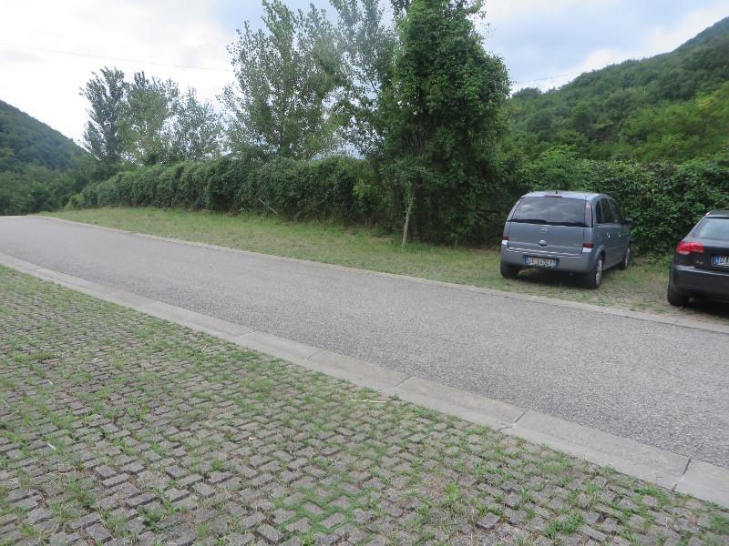Parking pod opuszczonym miastem