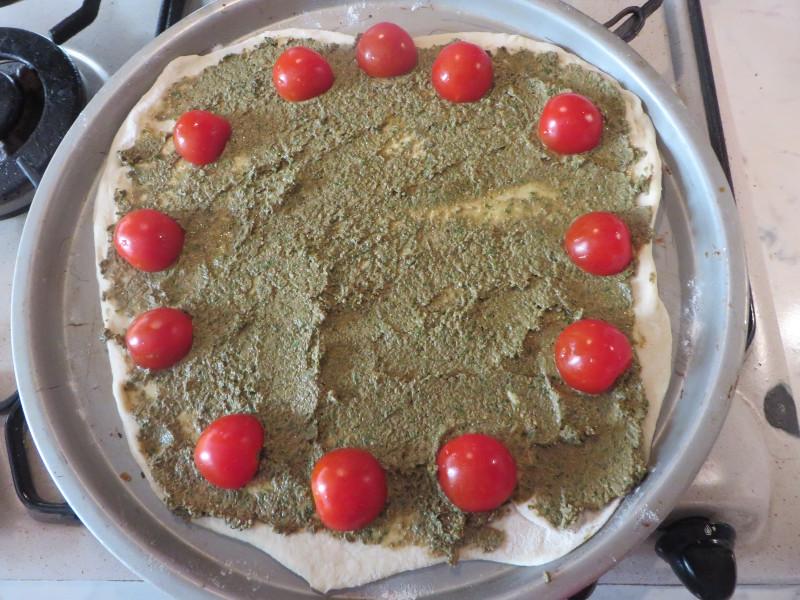 pesto_i_pomidorki_czeresniowe_na_pizzy_moja_toskania
