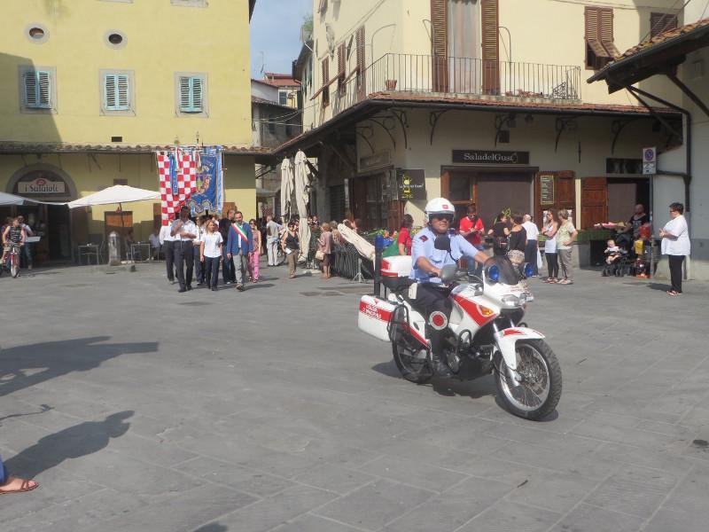 policjant_eskortuje_parade_historyczna_moja_toskania