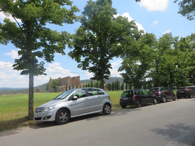 samochody_wzdluz_drogi_san_galgano_moja_toskania