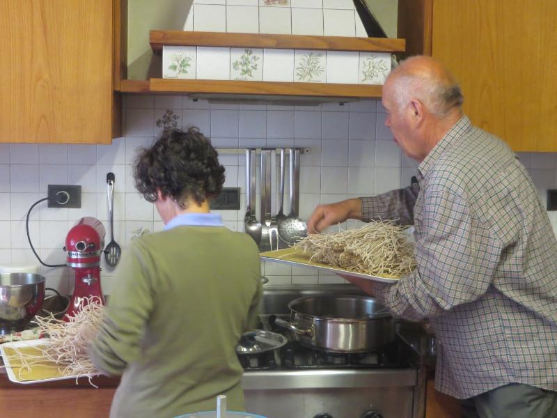 wrzucanie_domowego_spaghetti_do_gotowania_moja_Toskania