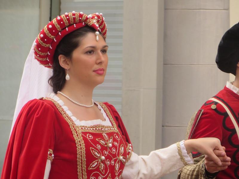 zblizenie_pani_w_czerwonym_moja_toskania_pistoia_parada_historyczna