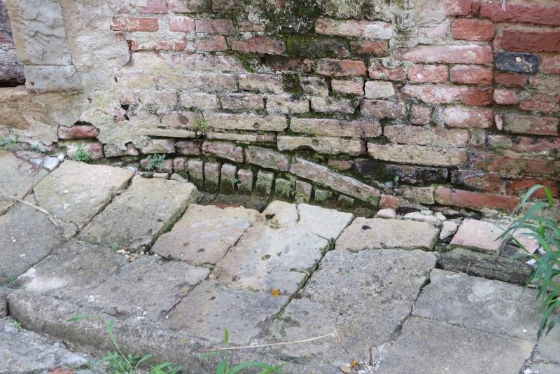 Czyzby kiedys, pod obecnym chodnikiem, znajdowalo sie jeszcze jedno pietro?
