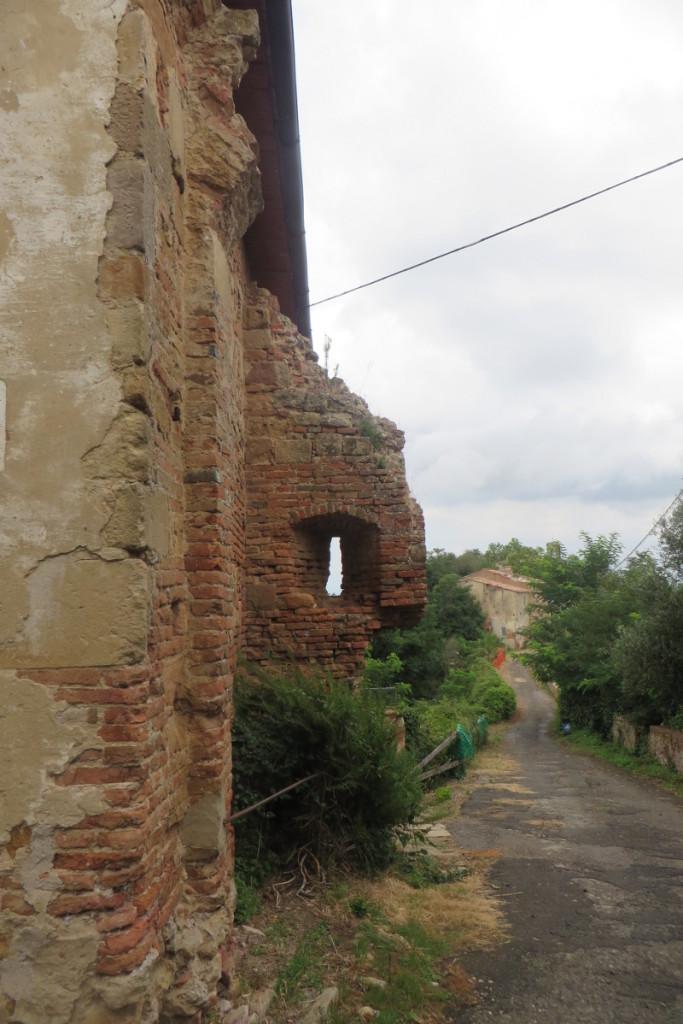 dom_z_wystajacym_murem_moja_toskania_toiano