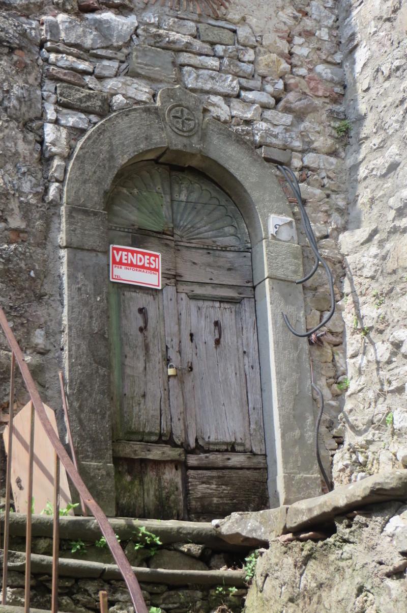 drzwi_z_napisem_sprzedam_moja_toskania_lucchio