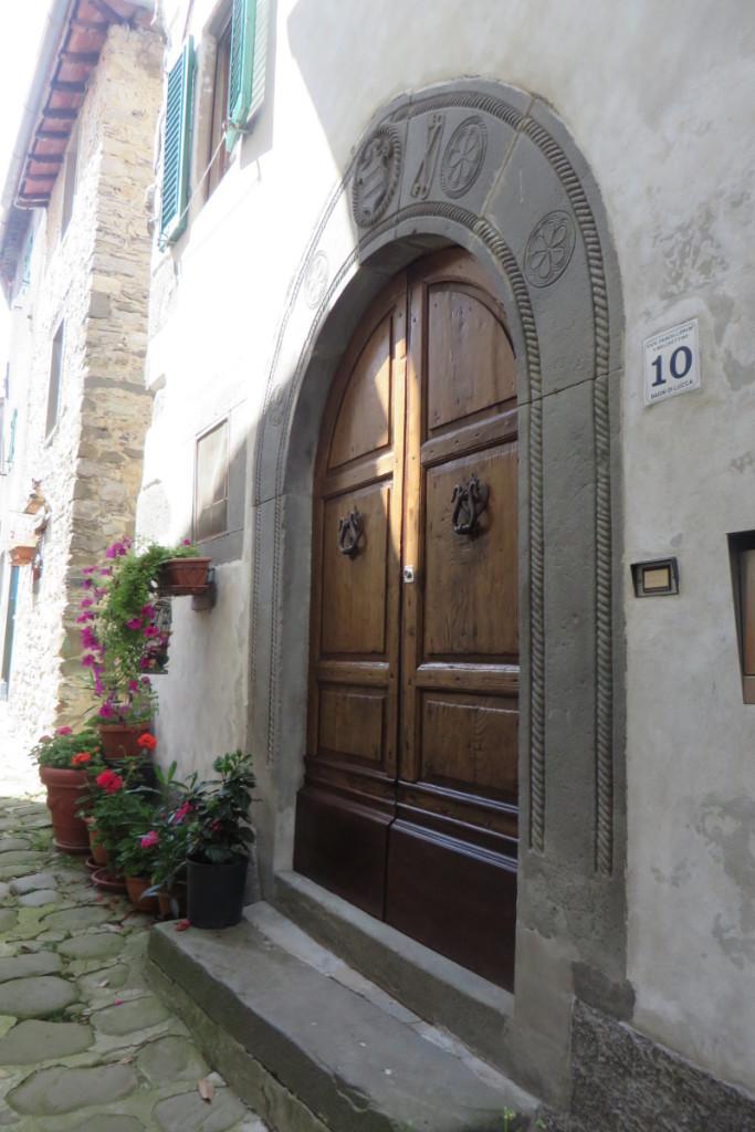 drzwi_z_nozyczkami_z_daleka_vico_pancellorum_moja_toskania
