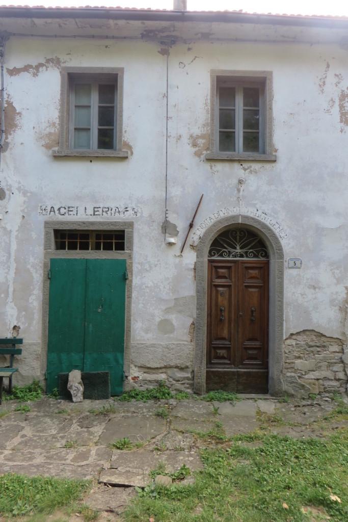 Dawne sklepy: drzwi po lewej to miesny,  po prawej spozywczy