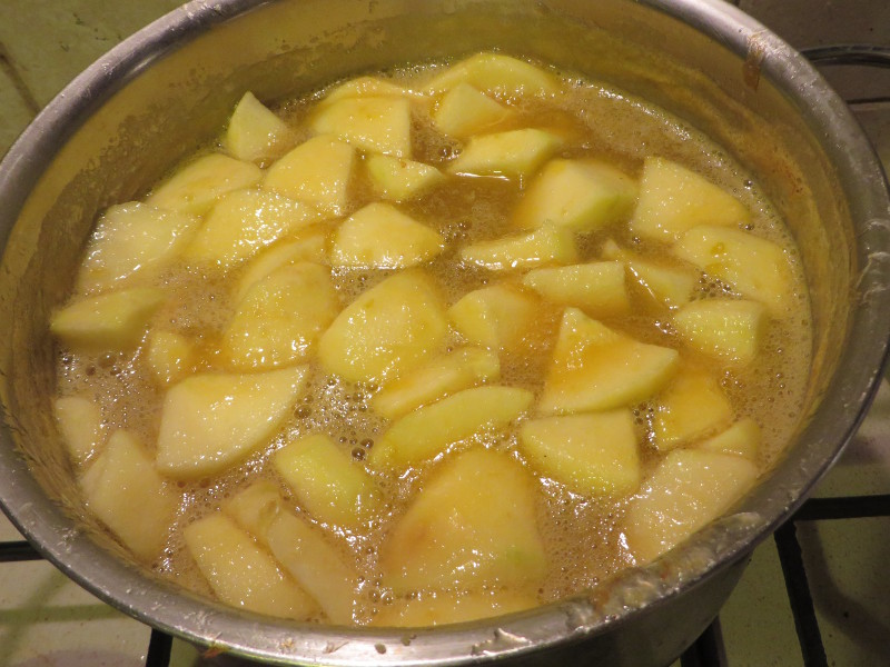 Na zdjeciu widzicie, ze najpierw ugotowalam renklody. Prawda jest taka, ze moje owoce byly zbyt wodniste, wiec dorzucilam 2 jablka by zagescic dzem.