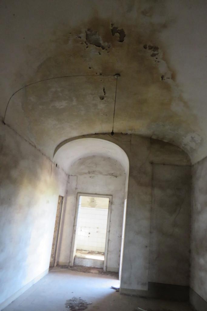 Pomieszczenie, ktore prowadzi do kolejnej toalety