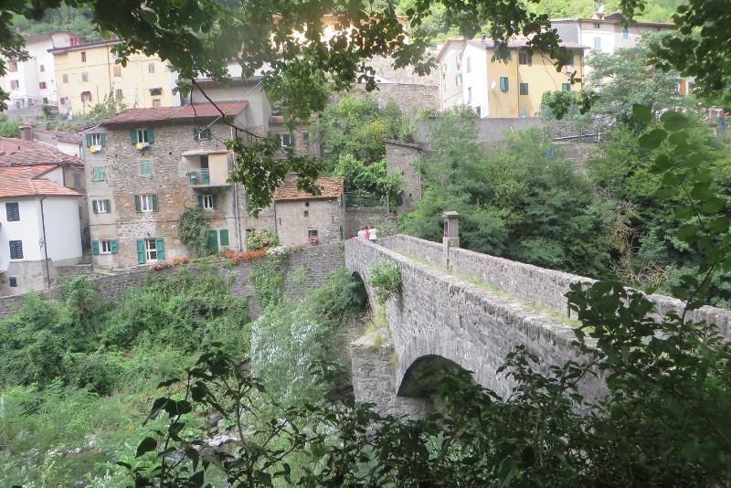 most_z_jednej_strony_moja_toskania_biagioni