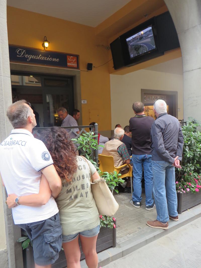 ogladanie_telewizji_na_ulicy_moja_Toskania_firenzuola