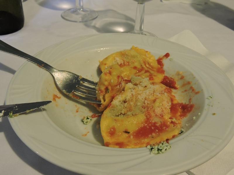 Ravioli z ricotta i szpinakiem polane sosem pomidorowym i posypane parmezanem