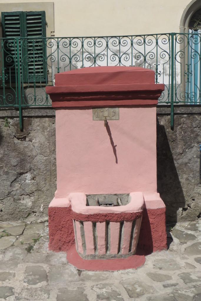 Niezbyt pasuje do calosci ta rozowa fontanna