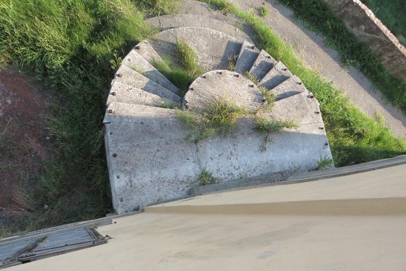 Widok z gory na schody, ktore znajduja sie po stronie rzeki Ombrone