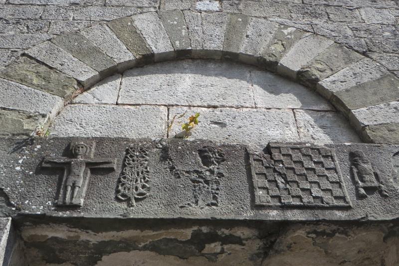 symbole_nad_drzwiami_kosciola_moja_toskania_vico_pancellorum