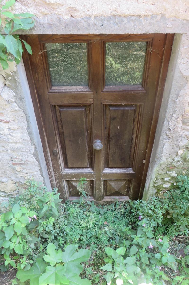 toskanskie_drzwi_w_trawie_moja_toskania_lucchio