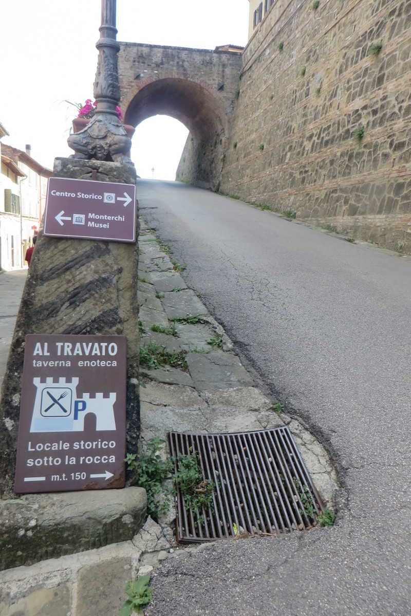 wejscie_do_centrum_historycznego_monterchi_moja_toskania