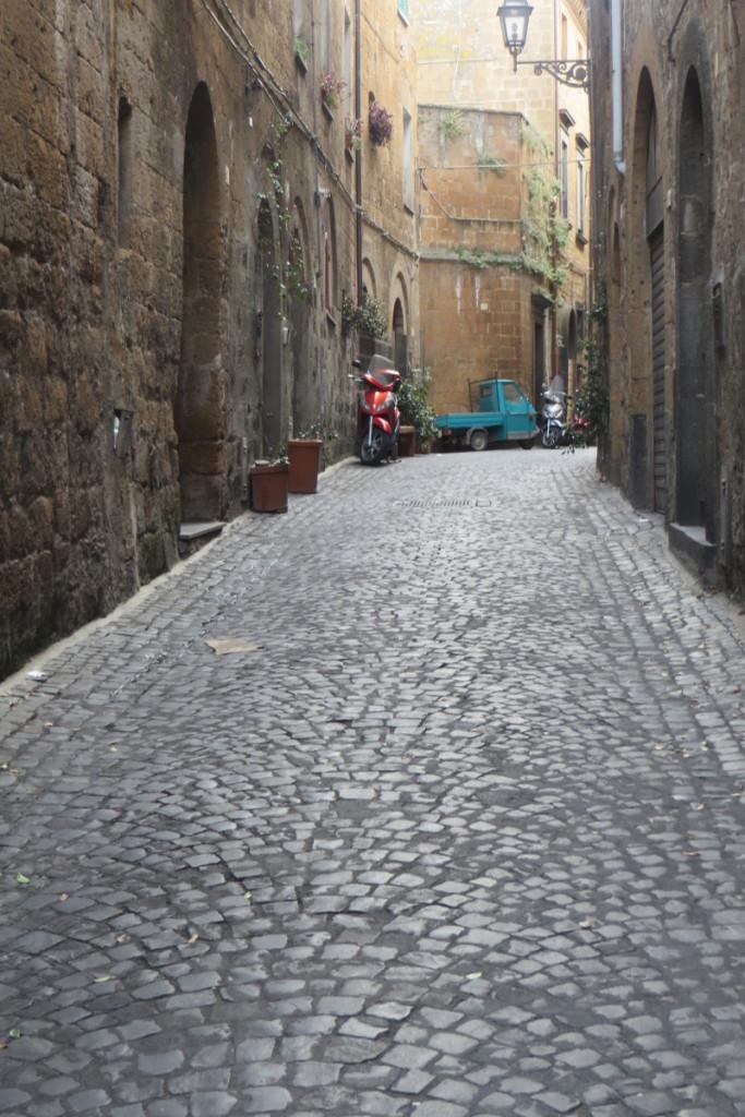 ciemna_ulica_orvieto_moja_toskania