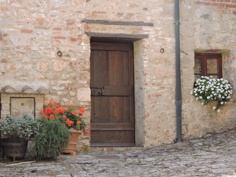 drzwi_i_kwiaty_rocca_d_orcia_moja_toskania