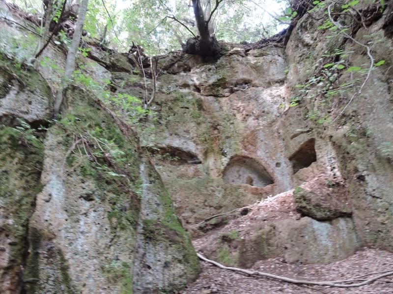Grobowce w skalach