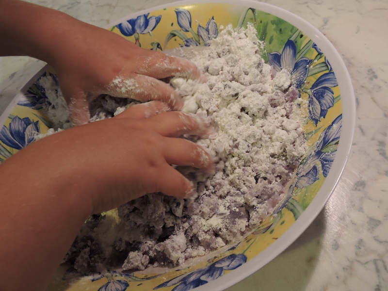 Dodanie maki do fioletowych ziemniakow