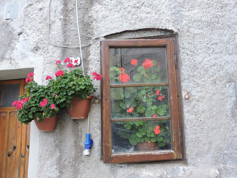okno_z_kwiatami_celle_sul_rigo_moja_toskania